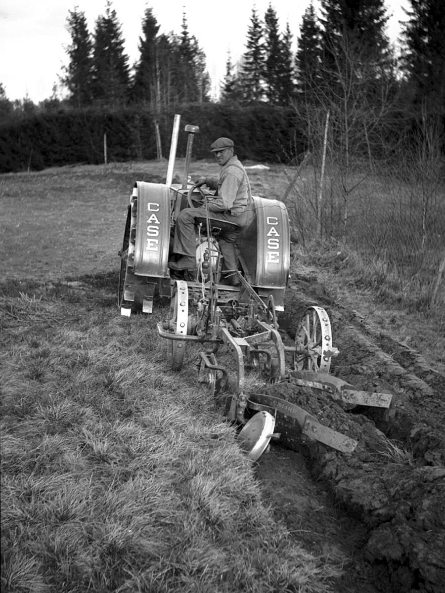 Traktor på jordet