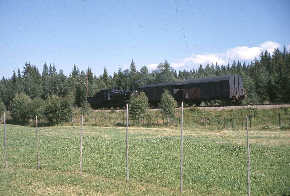 Godstog til Skreia underveis mellom Eina og Reinsvoll