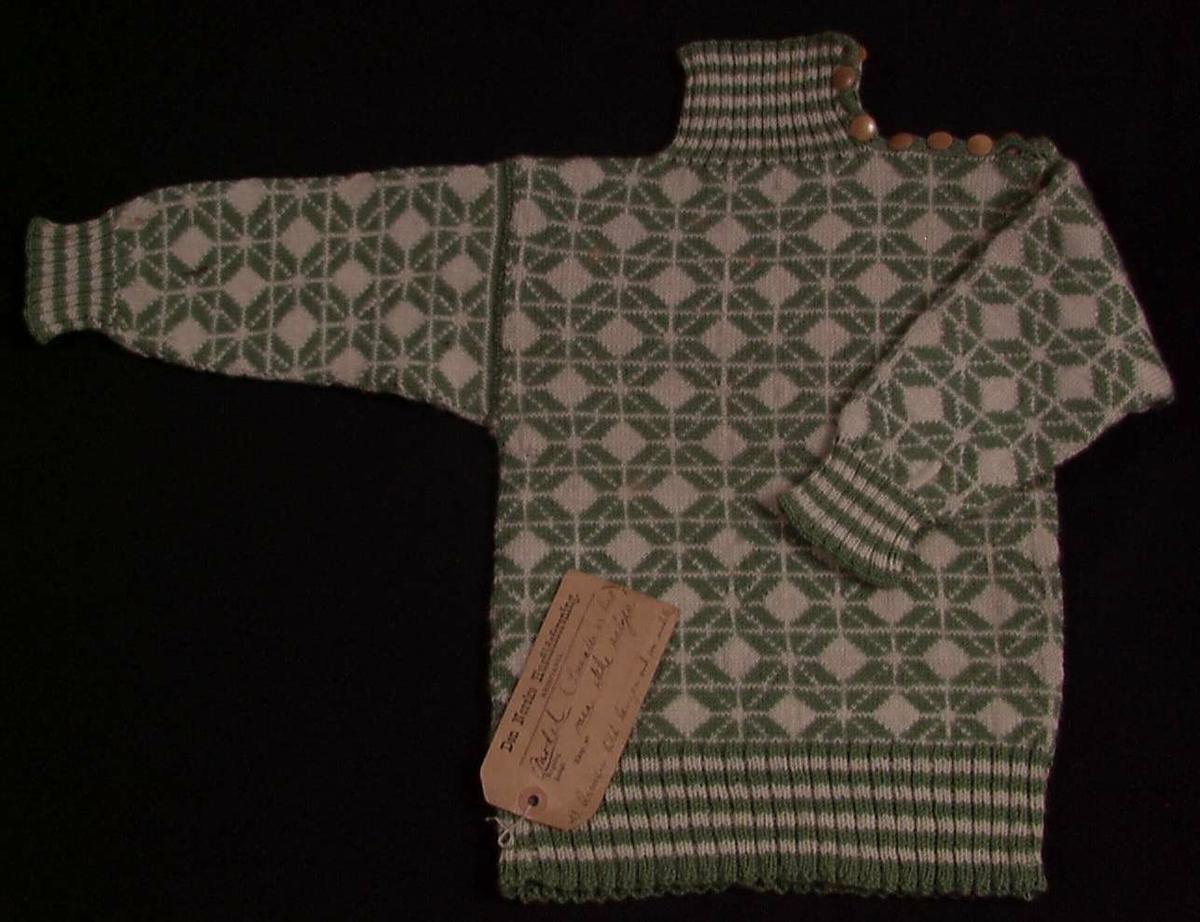 Fotografi av barnesett; genser lue, skjerf, strømper og votter finnes i fotoalbum datert 1909. ( Se HND-kort).
