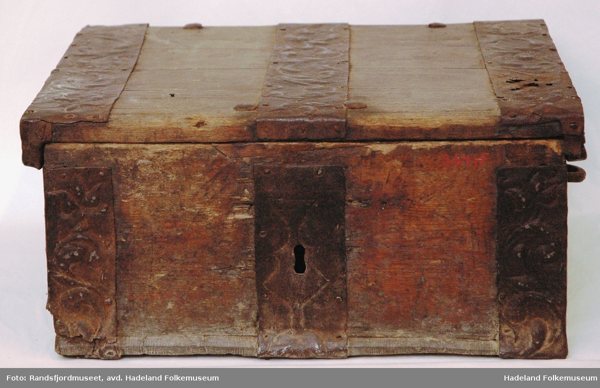 Kvadratisk med pregede jernbeslag. To rom, ett med vippelokk