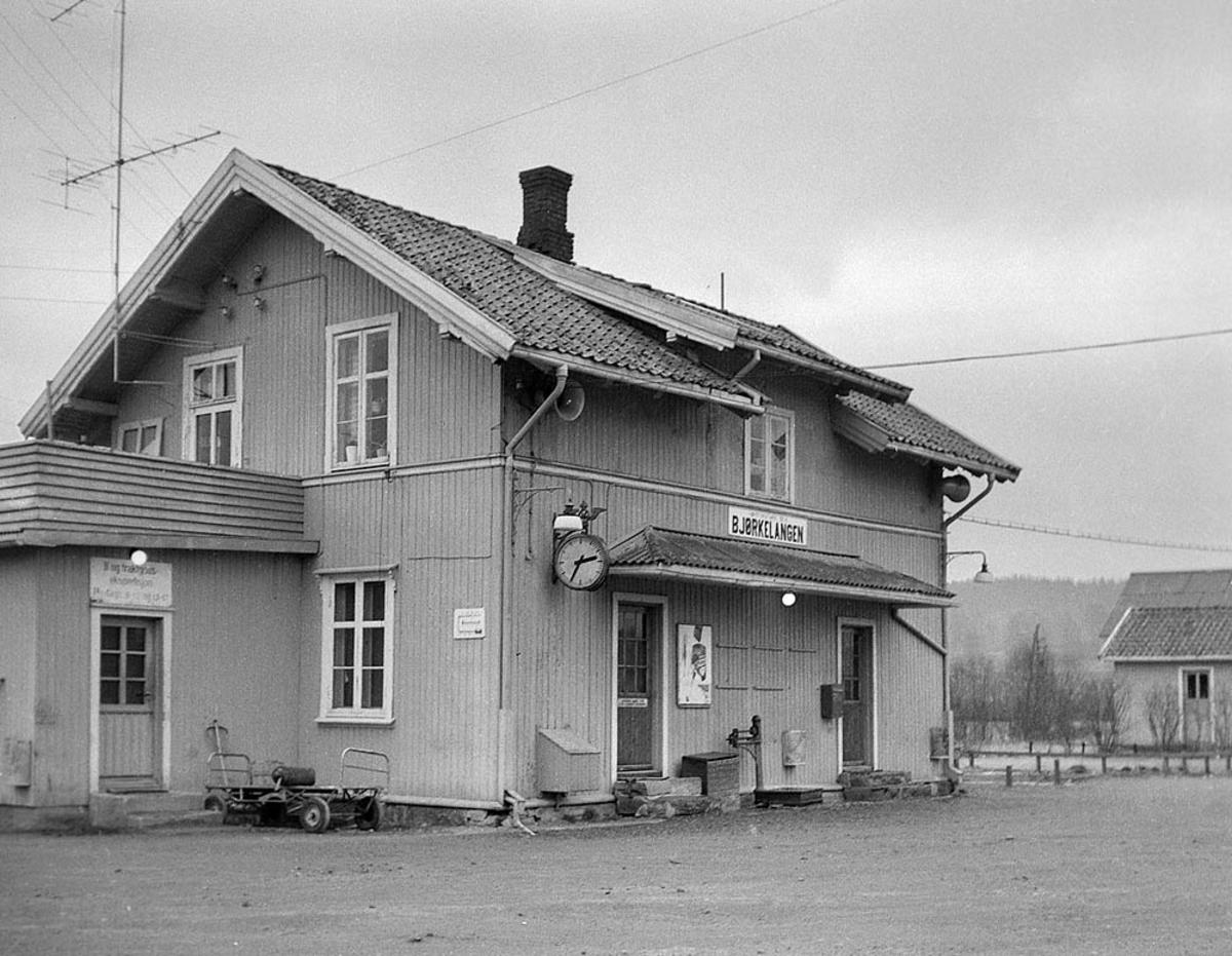 Ved Bjørkelangen stasjon fire år etter nedleggelsen.