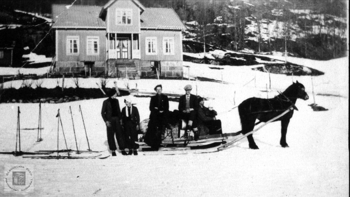 Lastekjøring i Eiken. Lindlandsfolk fra Laudal.