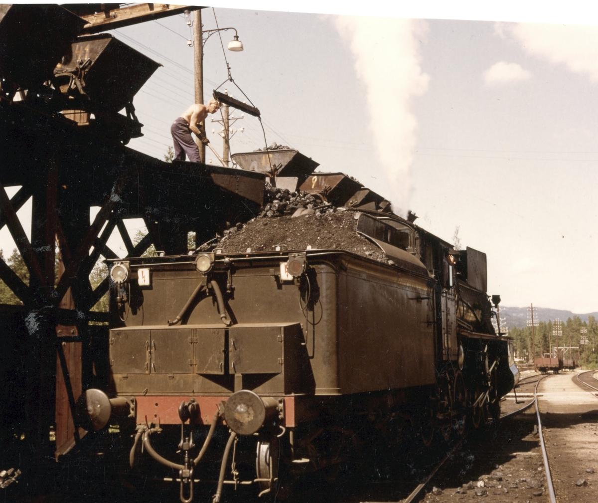 Kullfylling på domplokomotiv 26c nr. 414 under oppholdet på Koppang stasjon.