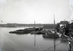 Seil- og småbåter i havn på søre Risøy. I bakgrunnen Karmøy.