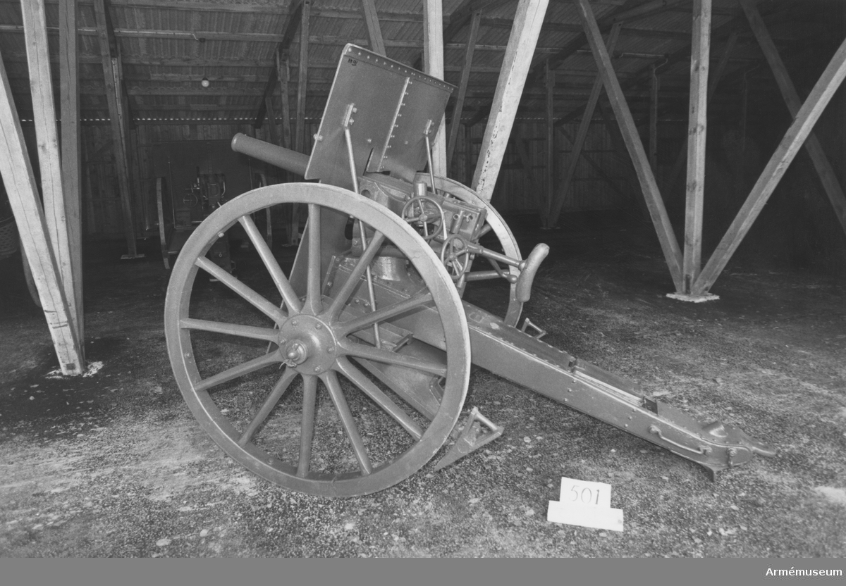 Fältkanon m/1895, 57 mm. Eldröret tillvekat i Finspång 1897, lavetten vid Bofors 1897. Största skottvidd: 7900 m.
