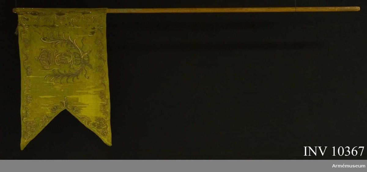 Grupp B I.  6 st tännlikor i tre rader, sammanlagt 21 st. (?). Spikband av guld.