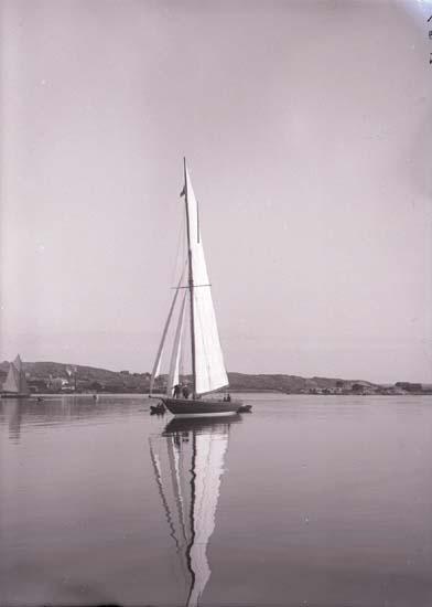 Båten hette Mignon och var norsk. Lysekil med Grötö i bakgrunden.