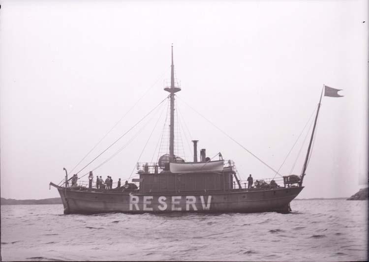 "Enligt text som medföljde bilden: ""Lysekil Fyrskeppet Reserv Juli el. Aug. 05."""