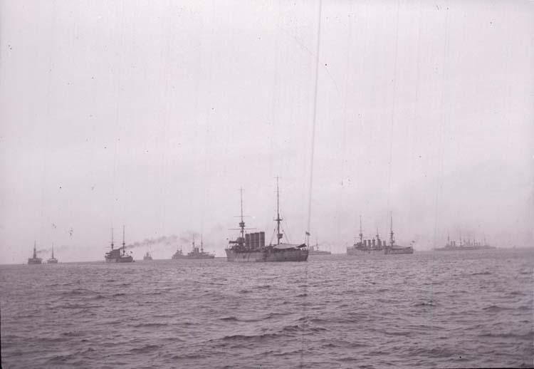 "Enligt text som medföljde bilden: ""Engelske eskaden Skagern 14/7 08""."