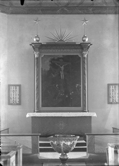 """Enligt fotografens anteckningar: """"1937, april, 13. Altaret i Foss Kyrka""""."""
