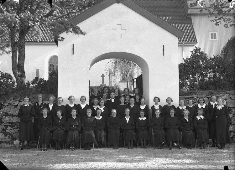 "Enligt fotografens anteckningar: ""1936, 50. Pastor E. Hjorts konfirmander"""
