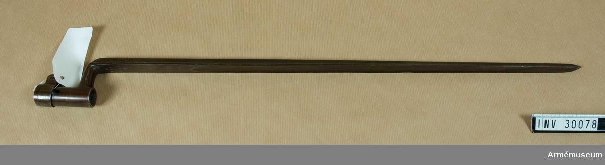 """Grupp E II f.  Bajonetten är brungjord samt av 1864 års modell (AM 4428) och sitter under pipan.  På bajonettarmens vänstra sida är inslaget LRN och C. F. på klingans översida IC, 1864, 695 och ett krönt C.I 1879 års reversal kallas vapnet """"Krigsgevär, slagkruts, svenskt, tändnåls, av Hagström"""".  I Artillerimuseum har vapnet alltid benämnts """"Tändnålsgevär med bajonett av rustmästare Hagströms konstruktion, i allmänhet kallat """"Hagströms första tändnålsgevärsmodell"""".  Enligt 1888 års tryckta katalog (sid 262, no 489) provsköts gevär av denna modell vid Skjutskolan år 1865.  Se i övrigt Alm, """"Eldhandvapen II"""", sid 81.Enl J. Alm 1941."""