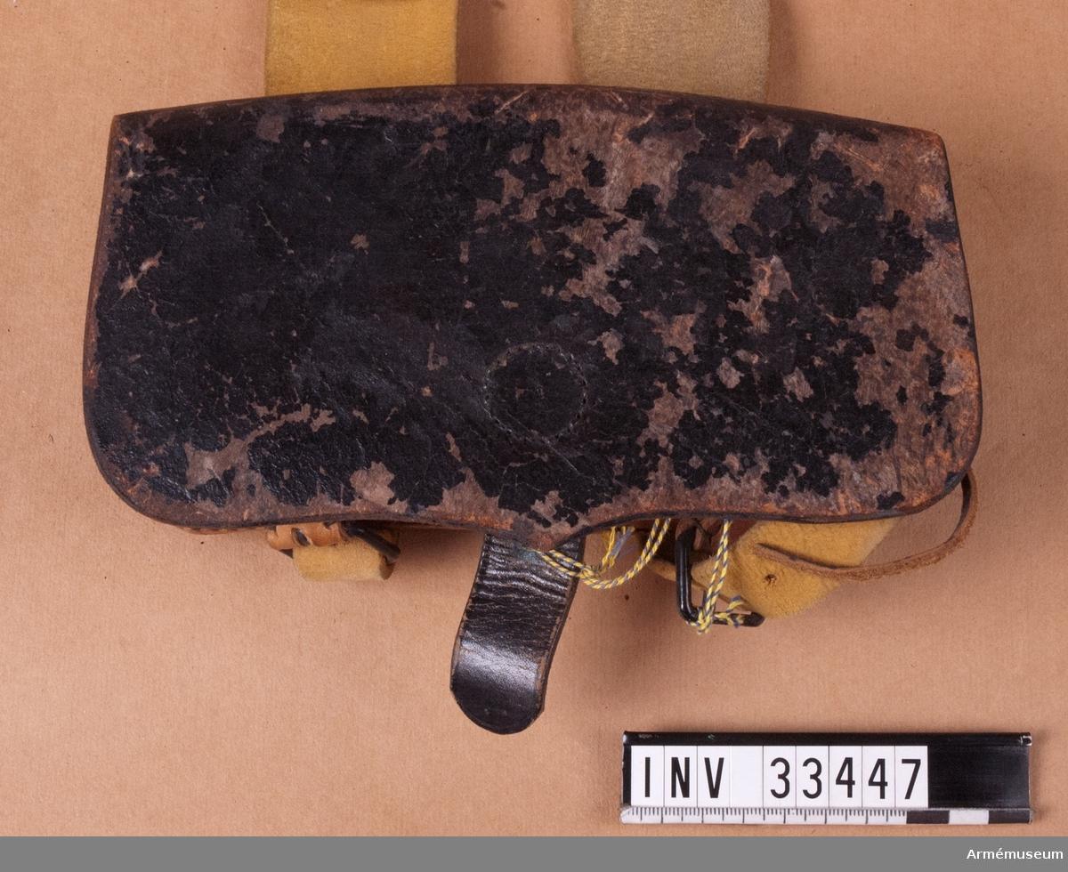 Grupp C I.  Ur uniform för parad för manskap vid Jämtlands hästjägarkår. 1881-93. Består av vapenrock, mössa, plym, kartusch, rem t kartusch, koppel, handrem.