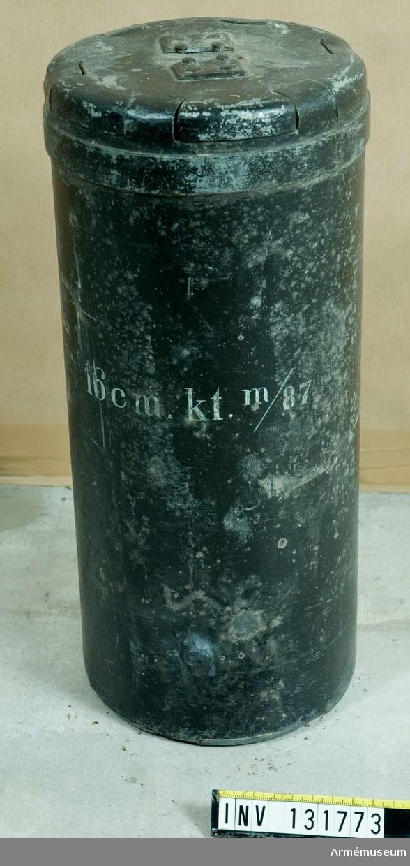 Grupp F II.  Karteschen består av hylsa, gördel, lock, botten med spegel och handtag samt kulor. Hylsan består av 3 mm zinkplåt. Gördel är av zink och pålödd ett stycke från hylsans bakplan. Locket utgörs av en 12 mm tjock zinkskiva.  Botten utgörs av en 15 mm tjock zinkskiva på denna ligger en spegel av 5 mm smitt järn. Handtaget av järntråd är fäst i botten. Kulorna är206 st 30 mm gjutna hårdblykulor som väger 140 g. 2019-11-22 EW