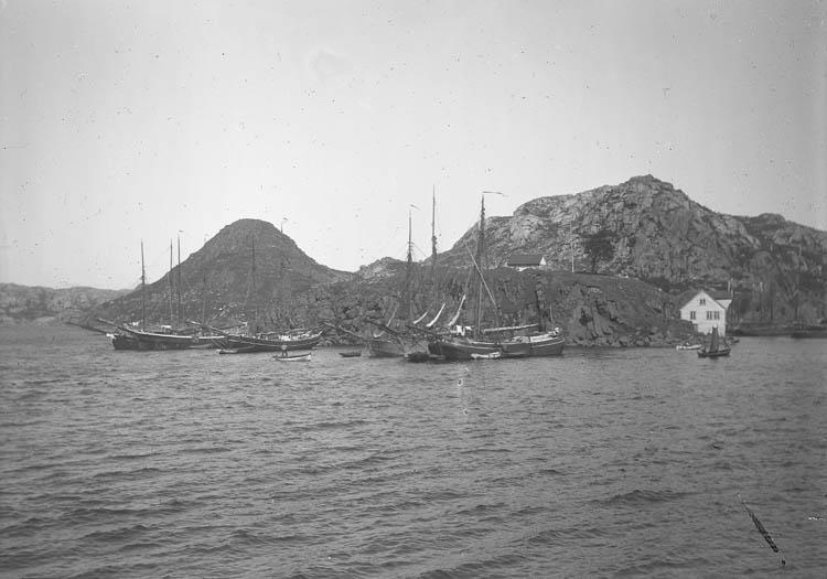 Fiskebåtar vid Egersund hamn med Lindøy i bakgrunden