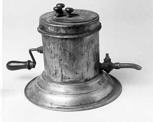 Rengöringsapparat för datumstämplar. Bestående av enbleckcylinder på rund fotställning. I det avtagbara locket finns enmed särskilt lock försedd öppning: Stämpeln nedföres däri ochfasthålles med en saxliknande inrättning.sedan terpentin ellerfotogen hällts i, sker rengöringen genom att vrida den på cylindernsmitt placerade veven, som sätter i rörelse en borste inuti. Vätskankan avtappas genom en vid cylinderns botten befintlig kran.