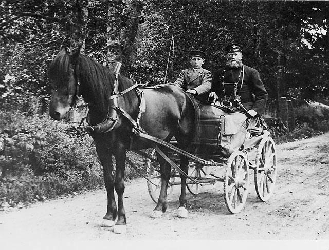 Skjutspojken hette John Jacobsson och var född 2 augusti 1878 i Arby socken, nu en del av Södermöre i Kalmarblocket. Pojken var här på bilden 17 år. Obs ! att postiljonen var väl utrustad med horn, revolver (modell 1871) och sabel (modell 1852) och värdeväskan i knät med rem om nacken.  Enligt en baksidestext på likadant foto i SECO post Kalmar föreställer bilden P Blomberg i Söderåker.(postiljonens namn sannolikt).