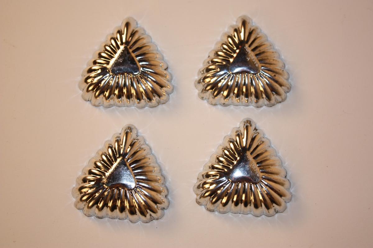 Form: hjarteforma eller trekantforma Kakeforma har hjarte i botnen, riller og 23 tunger rundt kanten.