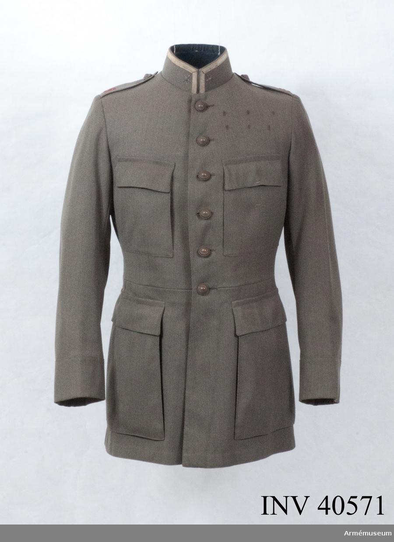 Grupp C I. Denna vapenrock bör vara tillverkad mellan 1923 och 1927 då regementet lades ner. Major blev han först 1932 och då ändrade han förmodligen gradbeteckningen på sin vapenrock. 1932 var det Norrlands artillerikår som hade betecknig A5, men i detta fall ska de beteckna Upplands artilleriregemente.