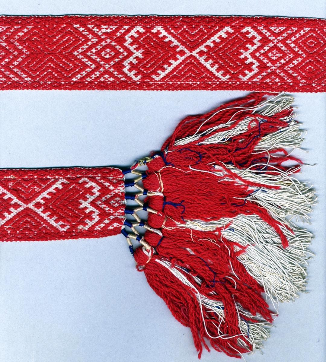"""Livband vävt i opphämta. Rött opphämtamönster på ljus botten. Avslutat i var ände med tofsar (120 mm långa); varptrådarna är omlindade med blått, blekrosa och gult silke vari frans av rött ullgarn och halvblekt lingarn och några få blå silketrådar är iknuten. Varp, botten i halvblekt 2-trådigt s-tvinnat lingarn. Varp, mönster i rött 2-trådigt z-tvinnat ullgarn. Två bottenvarptrådar mellan varje mönstervarptråd. Inslag i halvblekt 2-trådigt s-tvinnat lingarn. Märkt med påsydd tyglapp med texten: """"Malmö Hemslöjd."""". Längd inklusive tofsar."""