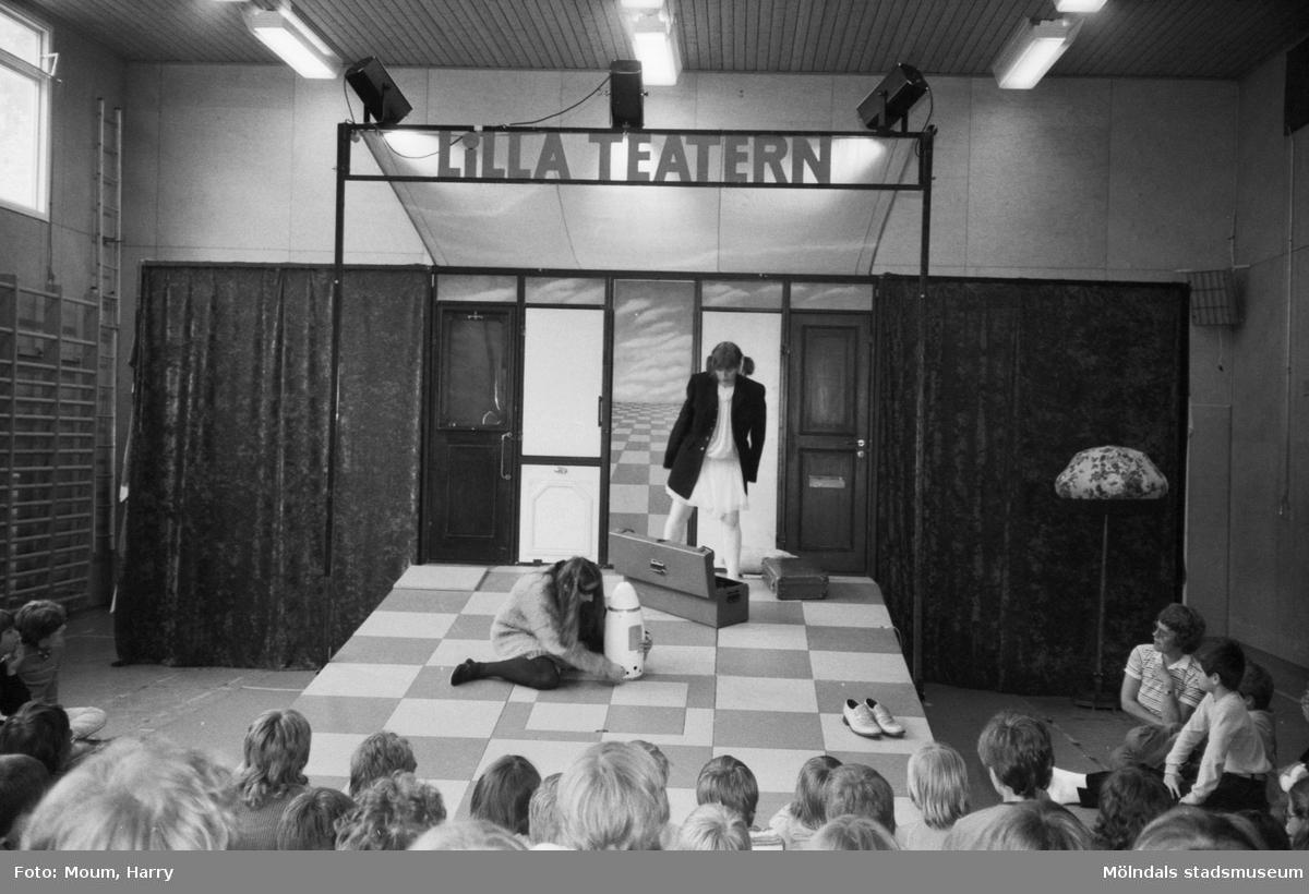 """Lilla Teatern har föreställning på Brattåsskolan i Kållered, år 1983. """"Krig eller fred handlade den pjäs om som spelades i Brattåsskolan."""""""