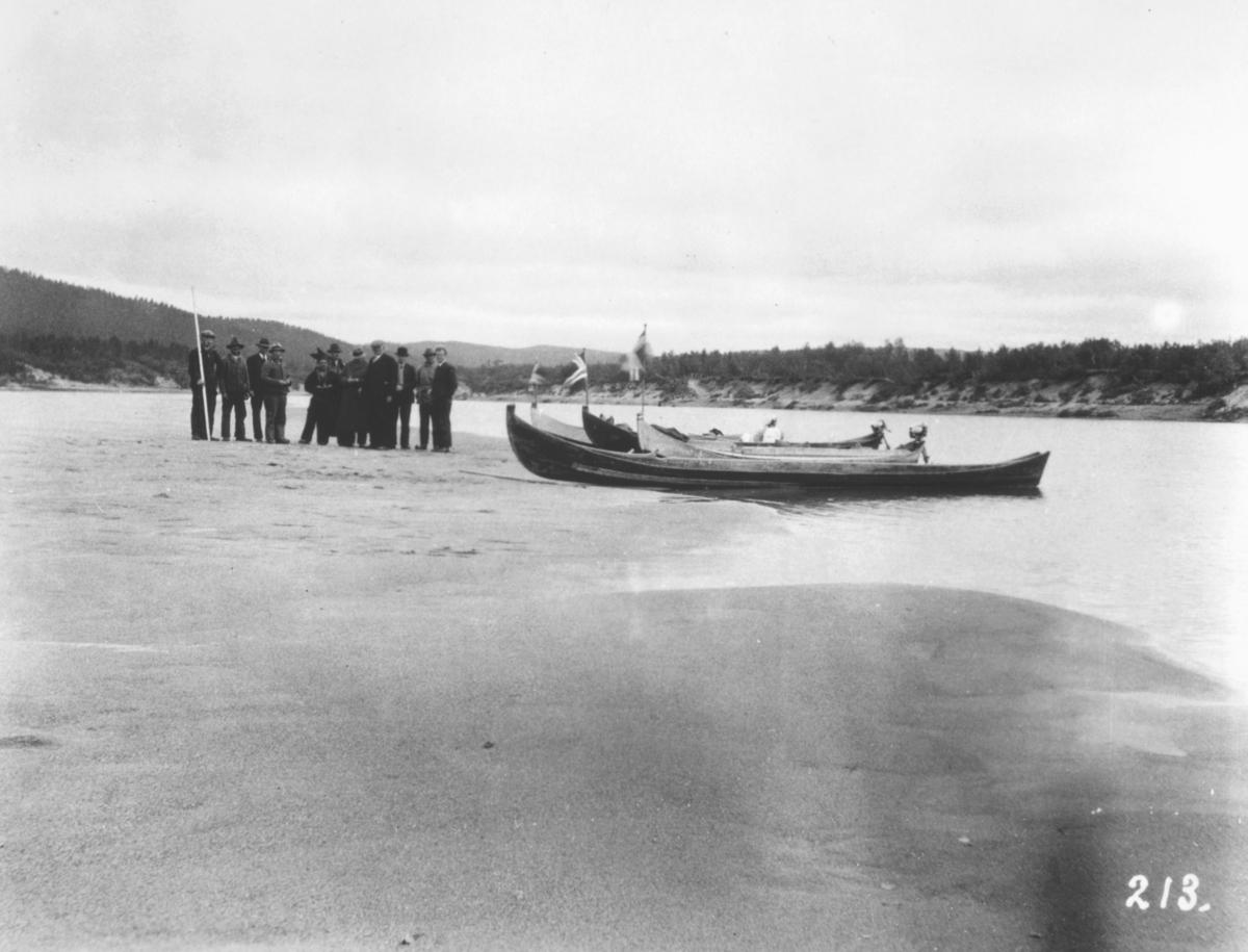 """Jordbrukskomiteen på Stortinget foretok en reise til Finnmark i 1935.Kleppe var med, og ga bildene sine fra denne turen til fylkesmann Gabrielsen etter krigen. Her har Kleppe fotografert elvebåter og mennesker ved bredden av Karasjokka. Kleppes bildetekst: """"Nedover Karasjokelva""""."""