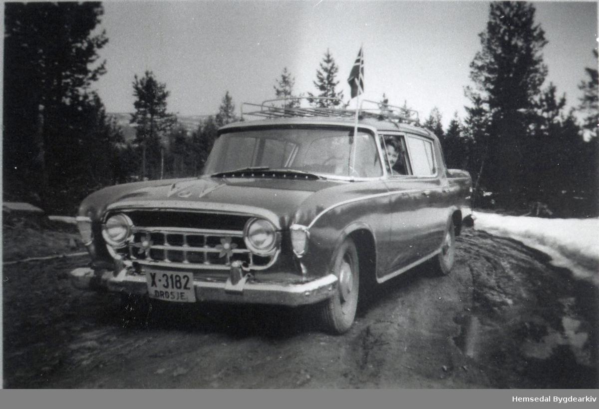 "Drosje X-3182. I bilen, ""Rambler"" 1956-modell, sit  Birgit Larsen, fødd Borge."