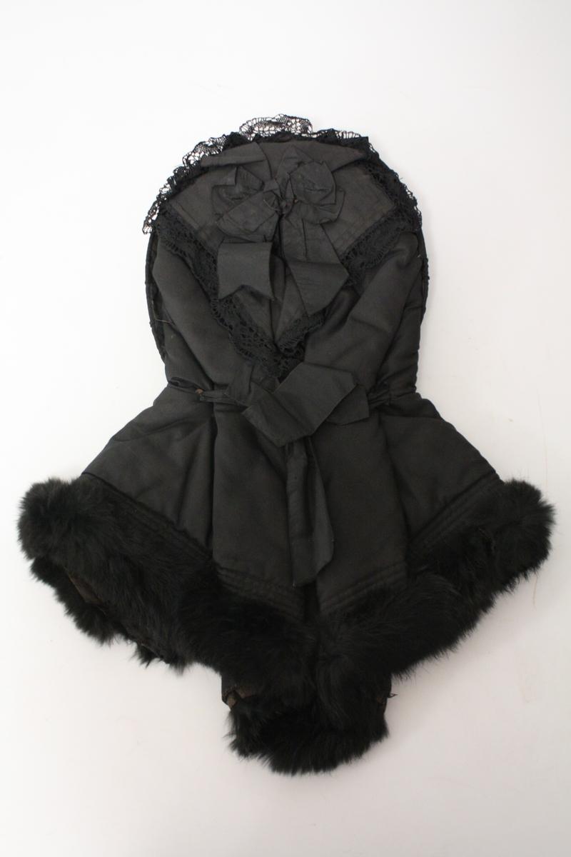 Hue i svart silke med sort pelskant.