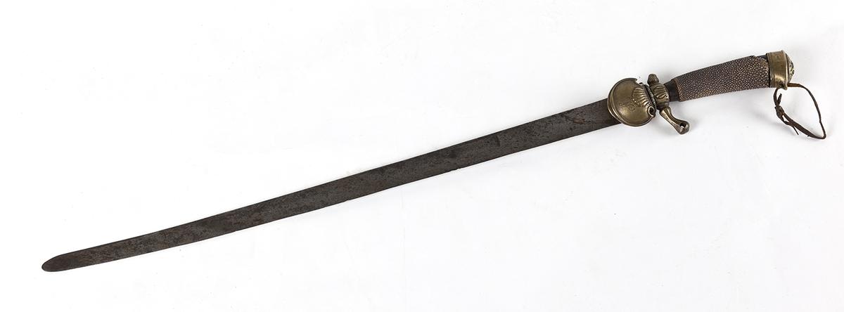 Hirschfenger, liten sabel. Lett krum fasong. Skjefte i messing, med AL gravert på liten messingplate. Kanskje hai på skjeftet. Antatt sent 1700-tall.