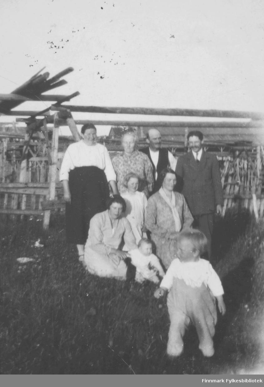 En liten gruppe mennesker iført penklær, fotografert i Vadsø en sommerdag. Noen av de er: Helga Larsen, Jensine Zahl, Magnar Zahl, Klara Zahl, Liv Zahl.