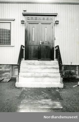 Detalj av inngangsparti. Bygningen er tegnet av Henrik Andersen. Bildet var montert sammen med flere andre på ei papp-plate merket Fra vår seneste Bodø-tid 1931 - 1947