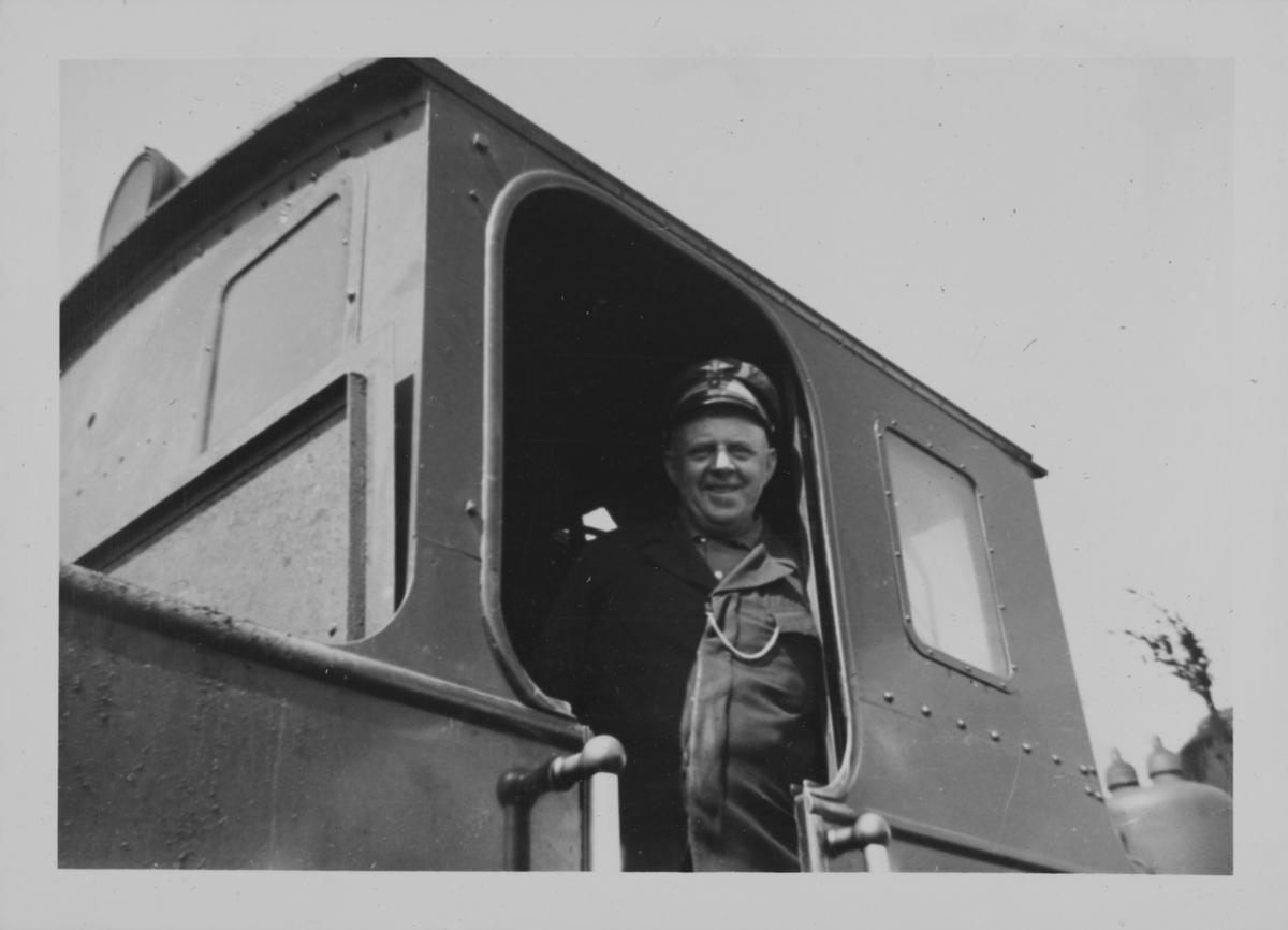 Lokomotivfører Syprian Aarstad ombord i damplokomotiv 7 PRYDZ under oppholdet på Hornåseng stasjon.