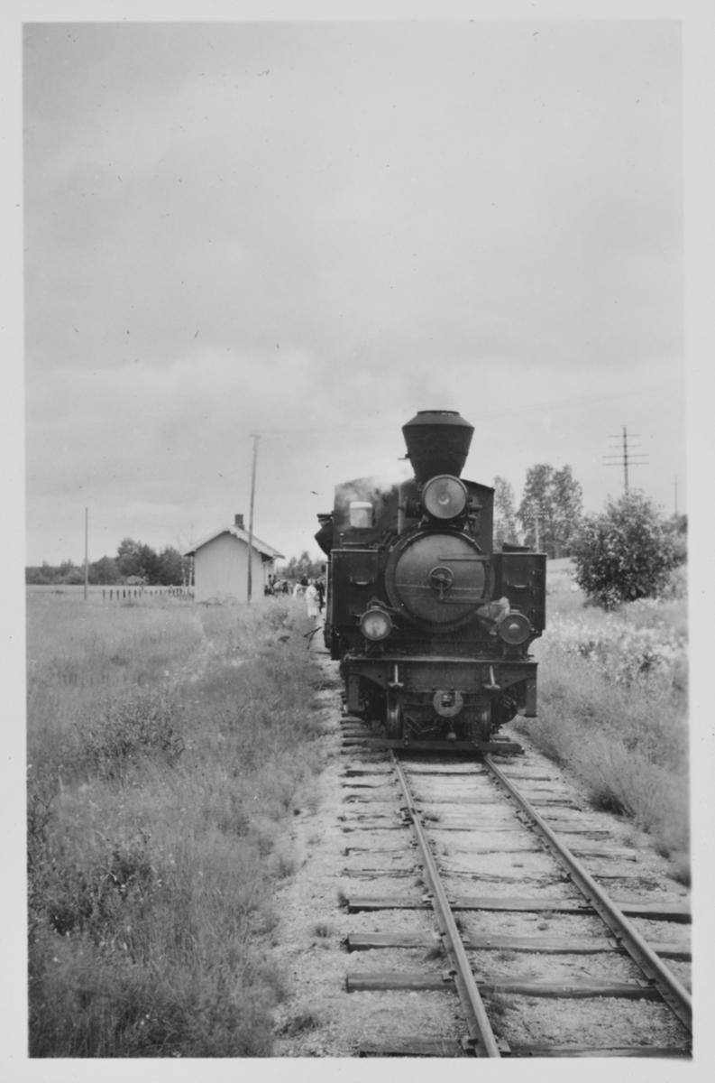Siste ordinære tog på Urskog-Hølandsbanen retning Sørumsand trukket av damplokomotiv 7 PRYDZ ved Hornåseng stasjon.