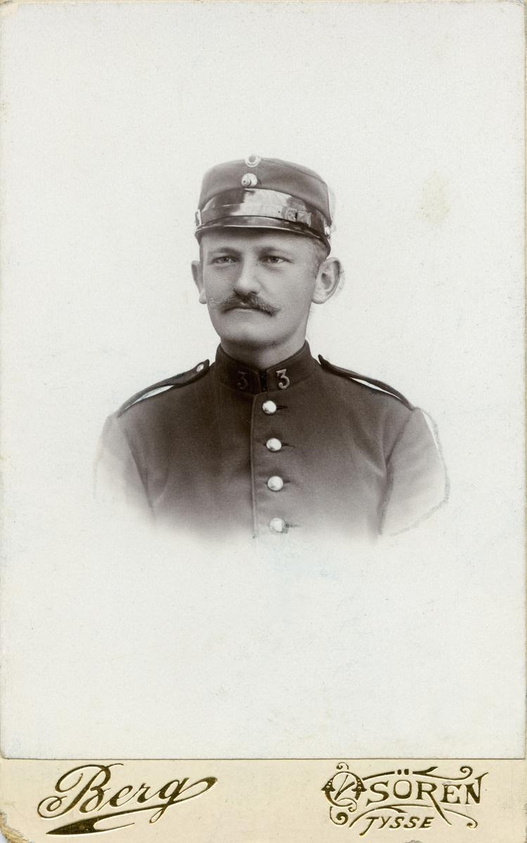 Son av fabrikkeigar Phillip Christian Clausen ved Salhus Tricotagefabrik utanfor Bergen, og seinare disponent ved den same fabrikken.