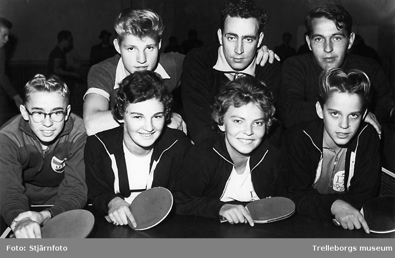 """Bordtennis, bakre raden från vänster, Jan """"Nacka"""" Jeppsson,  Sven-Erik Andersson, även kallad """"KRAFT"""", John Olsson. Sittande längst till höger Rolf """"Stansaren"""" Magnusson, 1950-tal."""