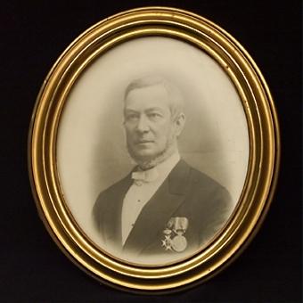 Oval mansporträtt, ram av mässing (br: 44 mm).