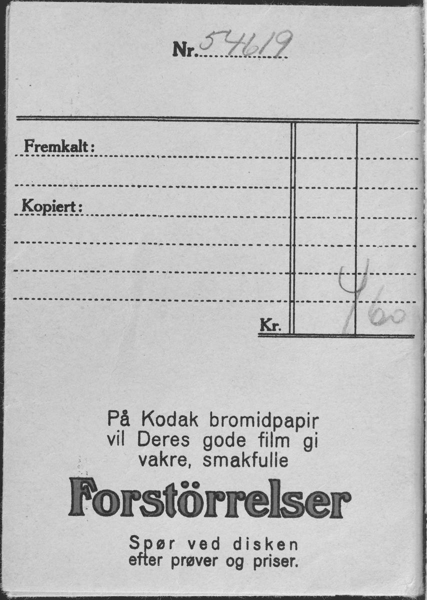 Konvolutt fra fotografen/ firmaet J.L. Nerlien AS, hvor 3 negativer ble oppbevart.  Baksiden: Håndskrevet og trykket tekst.