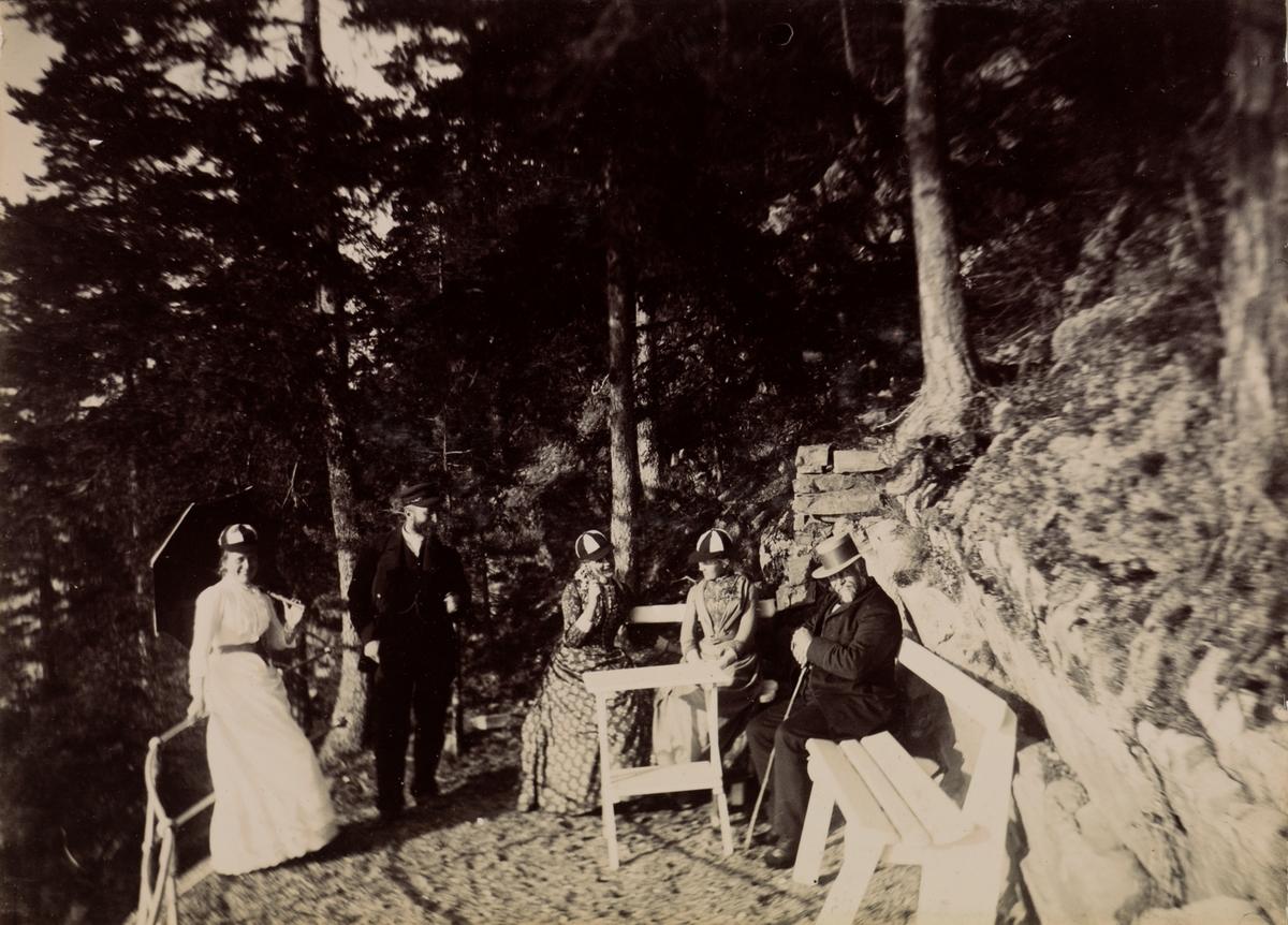 """Bjerköen"" Fra venstre: Tinken Kiær, Haaken Larpent Mathiesen, Erikka Kiær Mathiesen, Agnes Mathiesen, uidentifisert mann"