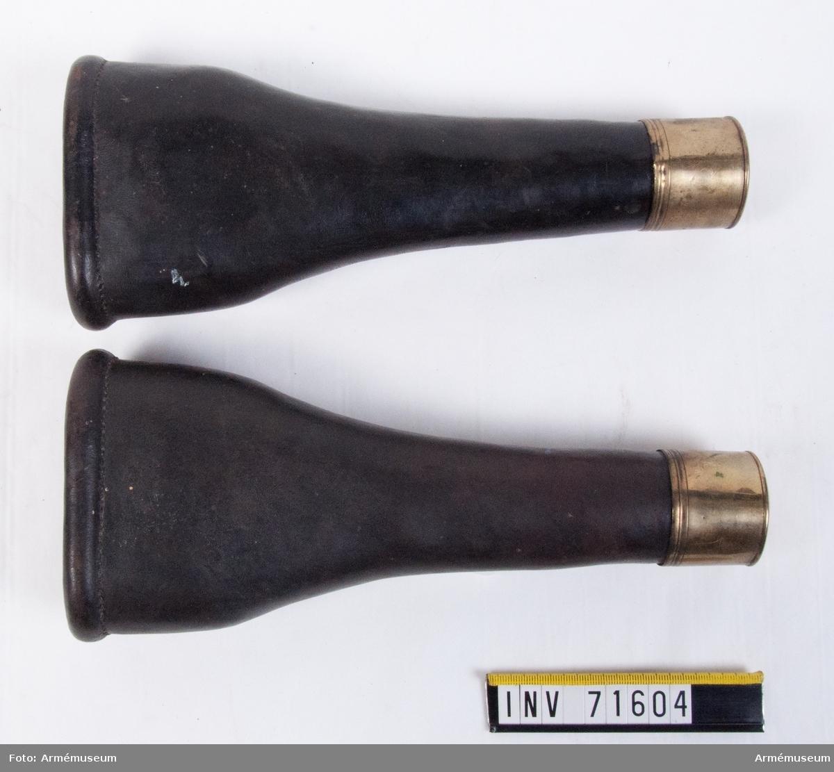 Grupp C II. Pistol fodral. Enligt uppgift av överste Björnstjerna, ej avsedda för pistoler, utan bars för att markera hölster på sadelmunderingen sedan pistoler utgått ur beväpningen.
