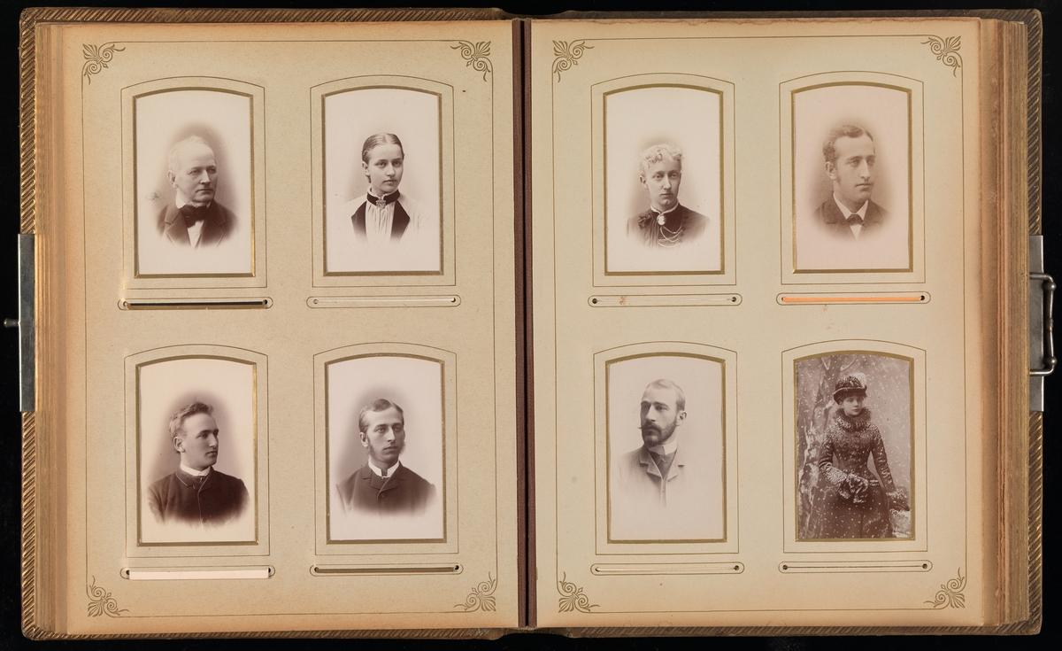 Åttende oppslag i cartes-de-visites-album. På begge sider fire portretter.