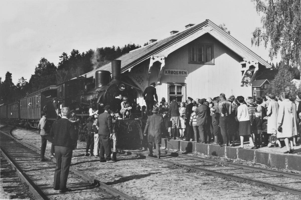 Bygdefolket møtte opp på Krøderen stasjon til A/L Hølandsbanens veterantog.