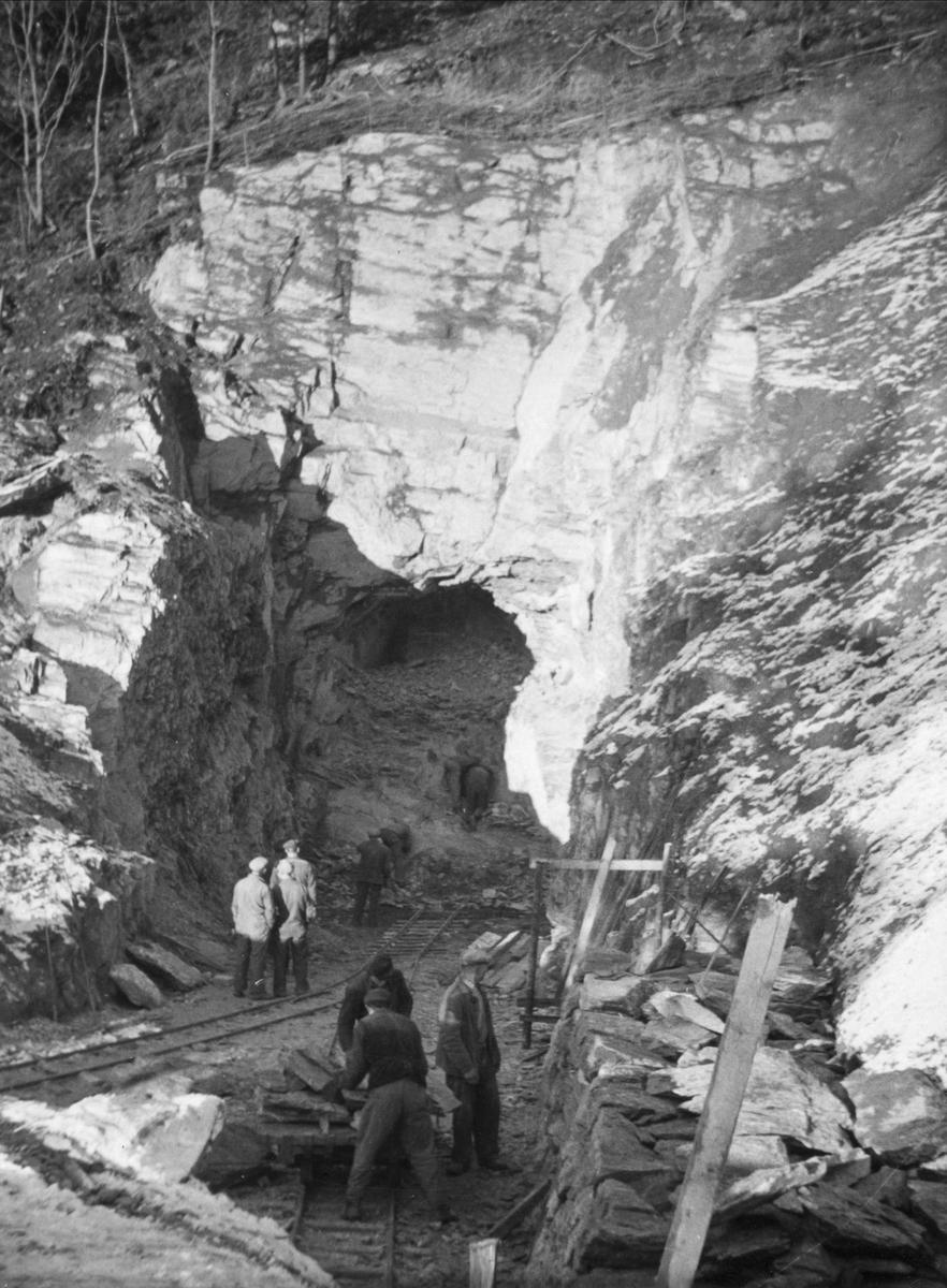 Krigsfanger i arbeid med øvre tunnellinnslag i Klinglierne.