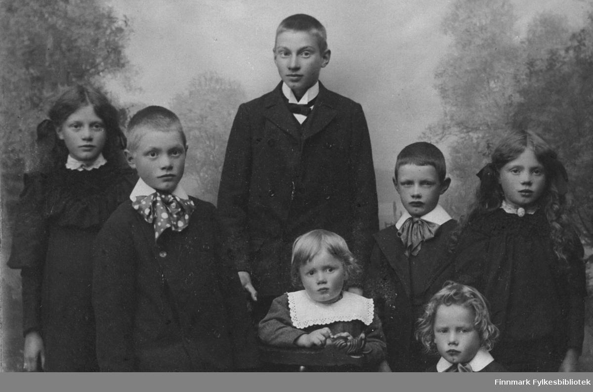 På bildet sees 7 barn, opplysninger mangler.