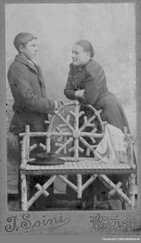 Bildet viser et par stående hos fotografen i Vadsø. Opplysninger mangler.
