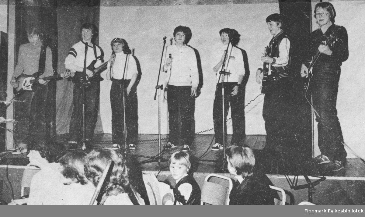 Jeg er stolt av å være ung, her i Kiberg er det ikke hasj. Synger disse ungdommene - et innhold som ble godt mottatt av publikum.