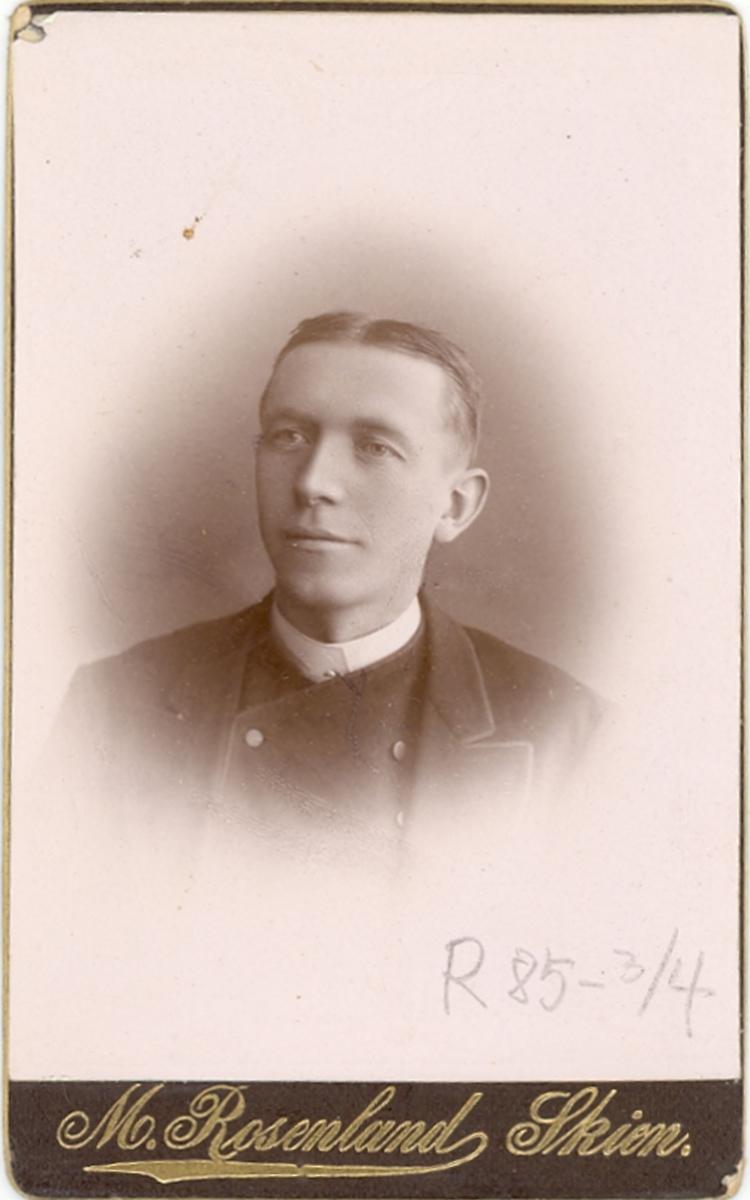 Brystbilde av mann i rundtøye: Hans S. Sisjord.