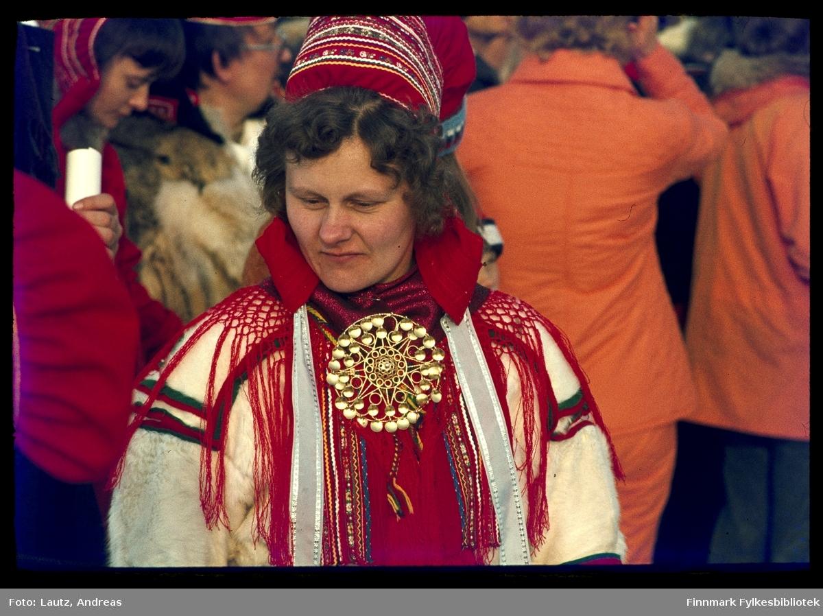 Kautokeino i 1975. Påskefestival. Kvinnen på bildet er Margrethe Aslaksdatter  Siri Bals (Nigon-Áillo Mákreda).