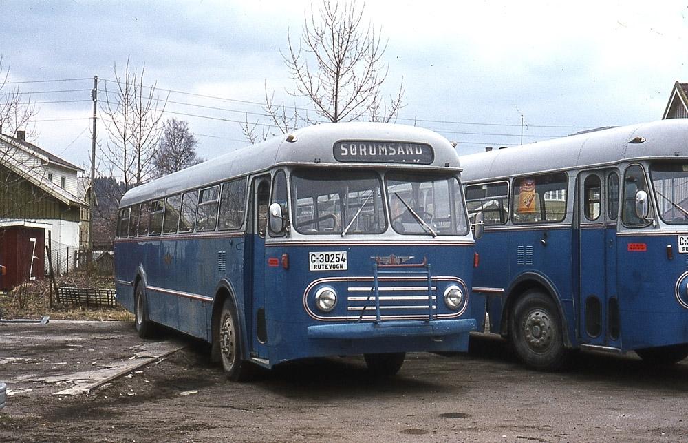 En av NSB Bilruters busser på Bjørkelangen, kjennemerke C-30254.