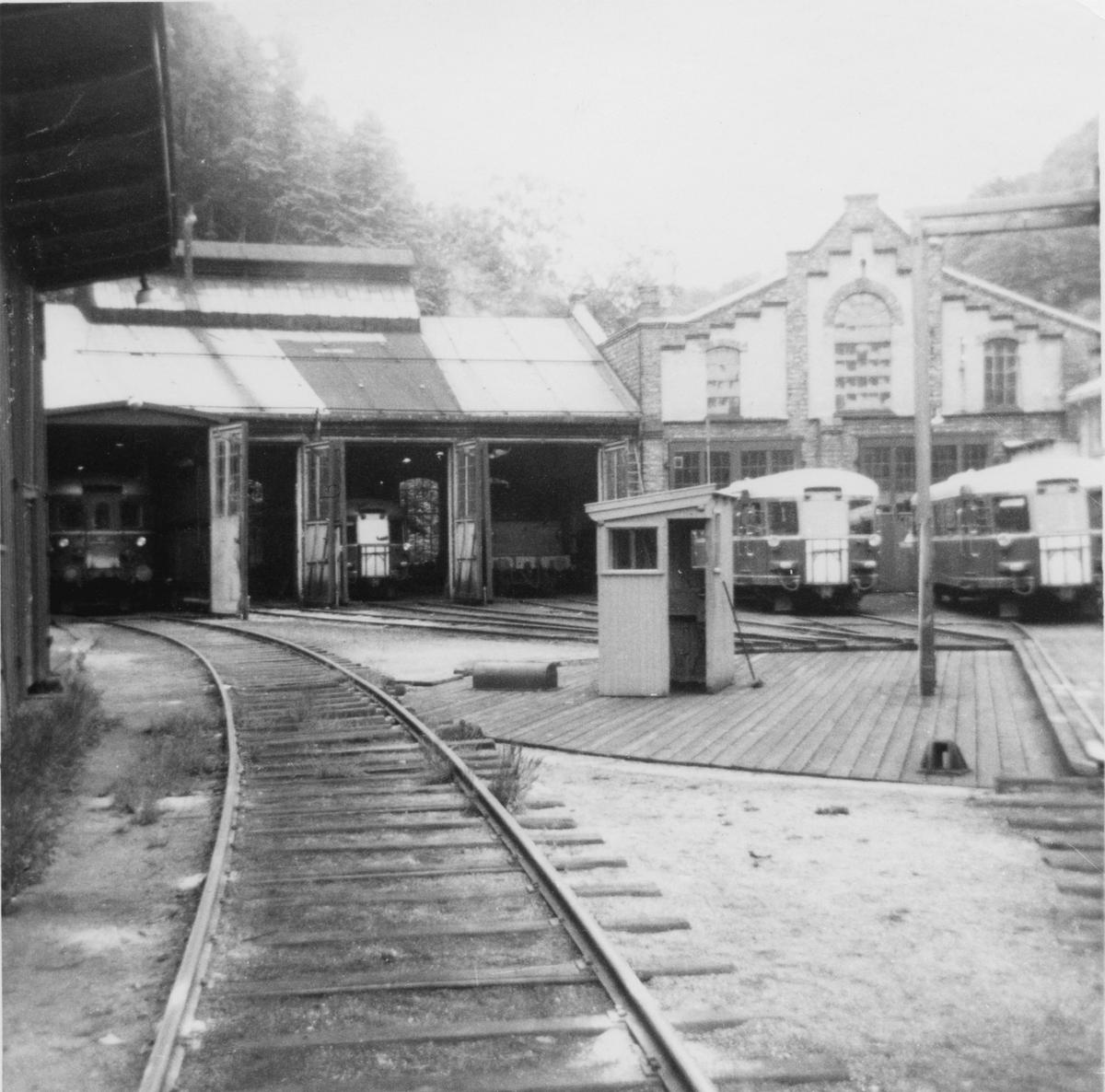 Lokstallen i Arendal. Fra høyre sees tre motorvogner type Bmdo 87 samt en motorvogn type Bmdo 86.