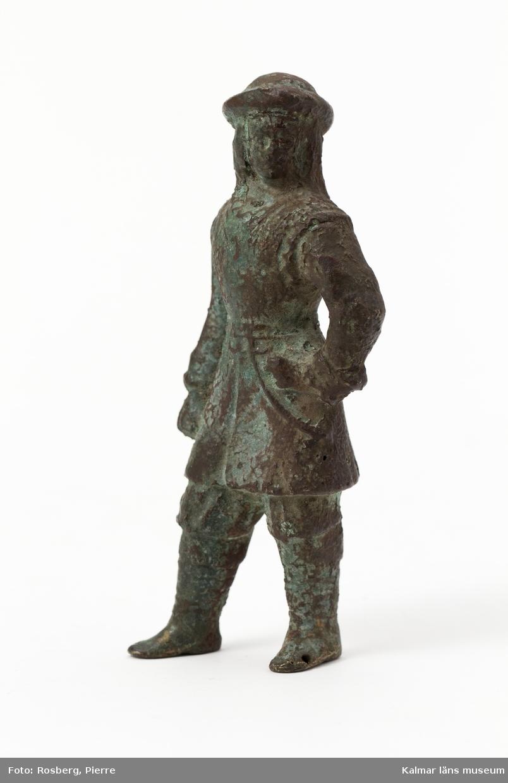 KLM 10299. Statyett, av brons. Krigare eller jägare i 1600-talsdräkt.